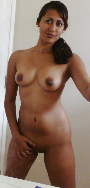 Hot Desi Teen Riya Taking Naked Selfshot Pics indianudesi.com