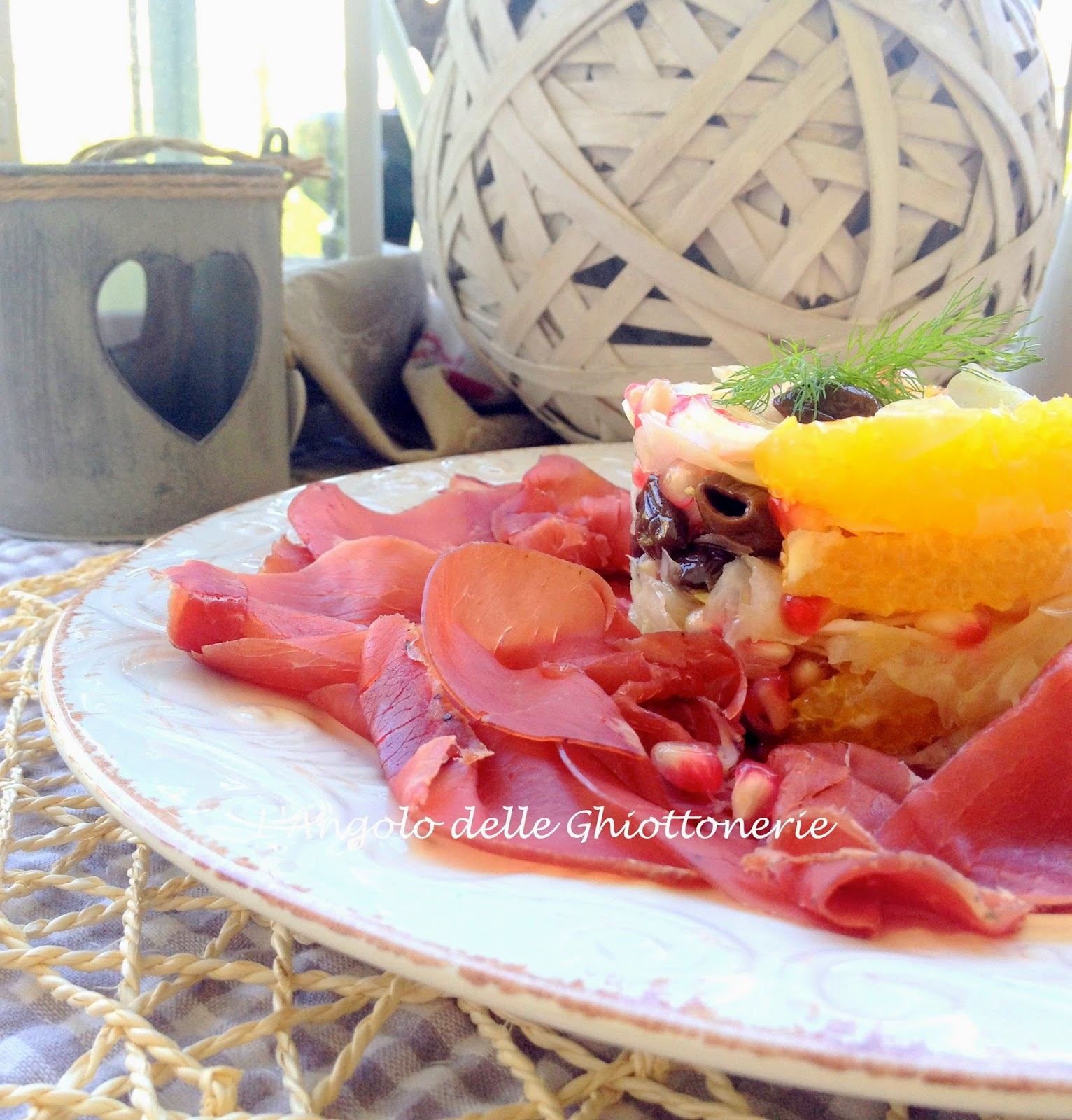 dal menù dello sportivo. carpaccio di bresaola della valtellina con tartare di finocchio, arancia, olive taggiasche e tobikko di melagrana