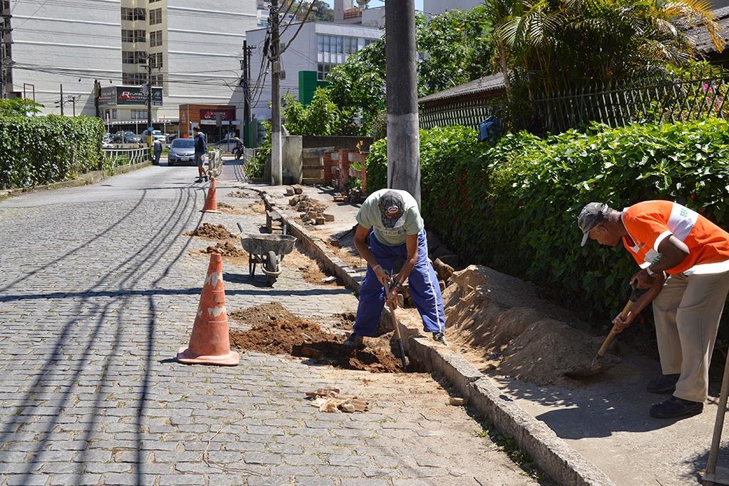 Rua Armando Fajardo em Teresópolis RJ recebe recomposição de paralelos