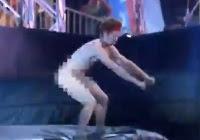 hombre sin ropa se mete en programa de competencia ninja