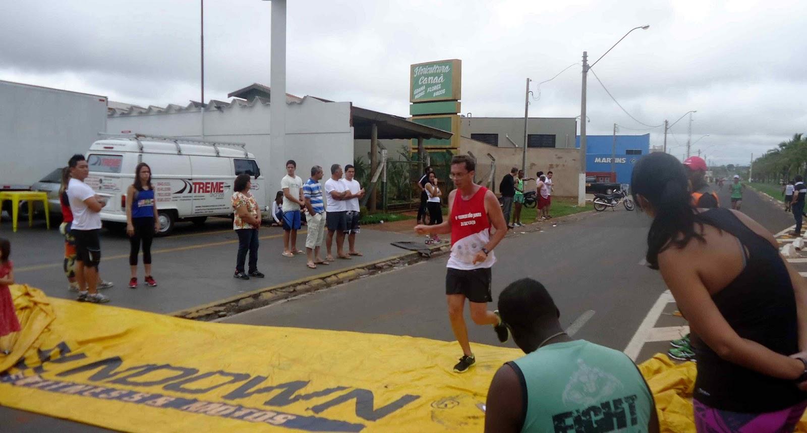 Foto 99 da 1ª Corrida Av. dos Coqueiros em Barretos-SP 14/04/2013 – Atletas cruzando a linha de chegada