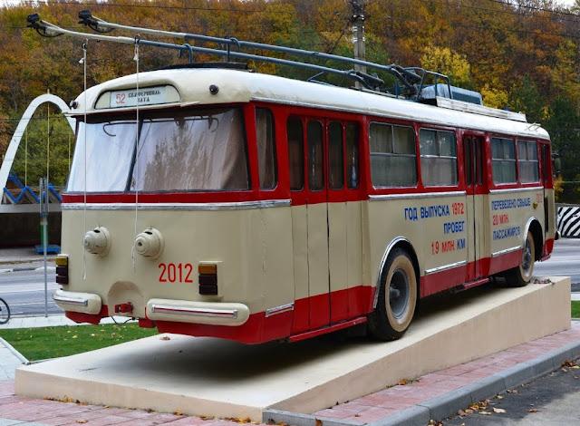 Памятник троллейбусу в Крыму. Фото сзади сбоку