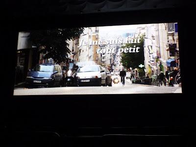 """Subjektive Einstellung einer Kinozuschauerin: Ende der Titelsequenz von """"Je me suis fait tout petit"""""""