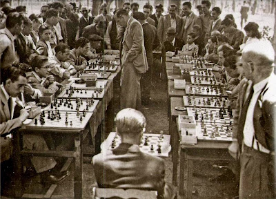 Simultáneas en los jardines del campo de deportes de las Hilaturas Fabra & Coats en 1947