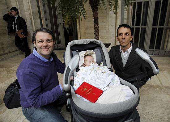 Alejandro Grinblat (à dir.) e Carlos Dermger posam ao lado do filho, Tobias (Foto: Leo La Valle/Efe)