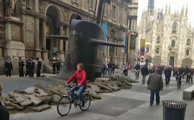 sottomarino esce dal terreno