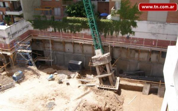 Tower Crane Fails : Concrete pedestal fails to support argentinian tower crane