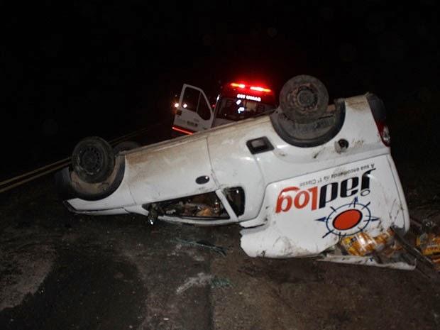 Veículo tombou em trecho conhecido como 'curva do quiabo' (Foto: Danuse Cunha / Itamaraju Notícias)