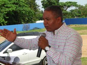 Abuchean a Francisco Fernández en entrega de apartamentos en Sabana Perdida