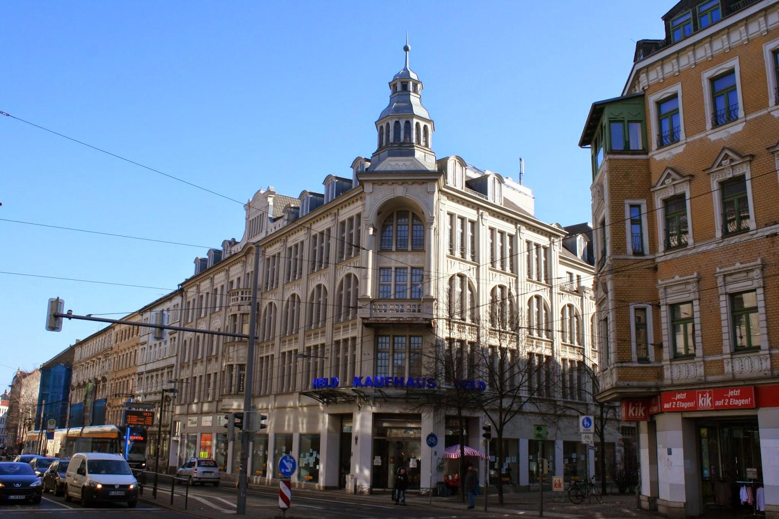 """Hier das zweite Kaufhaus der Gebrüder Held an der Kreuzung Lützner/Merseburger Straße, welches nach dem Weggang der """"Helds"""" an die Firma Hollenkamp verpachtet wurde"""