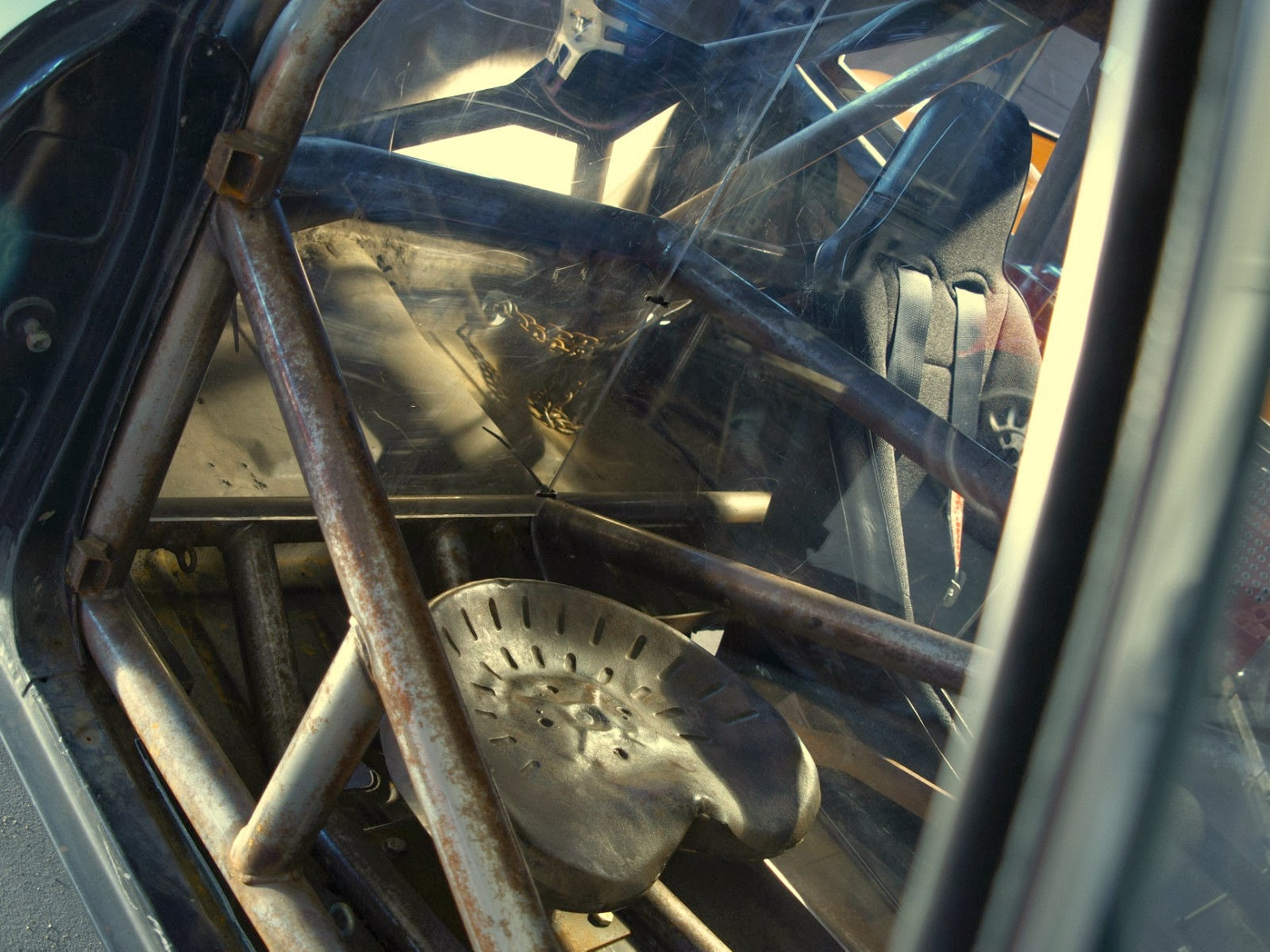 Hard to really tell the condition of the inside from the few photos included but it looks like there is a slightly oxidized roll cage and it is setup for