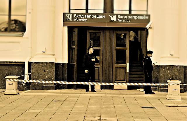 Нет входа на Ленинградский вокзал. Около-железнодорожное. Фотография железная дорога черно-белая сепия охрана РЖД проход закрыт полосатая лента