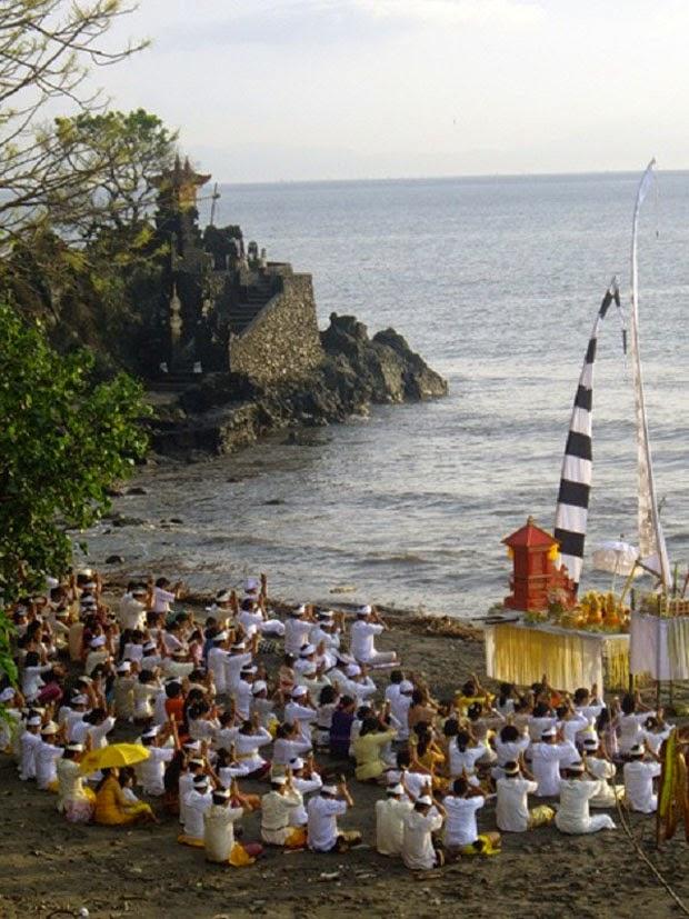 Upacara Pujawali di Lombok