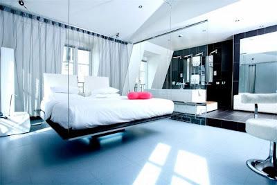 Dormitorio Elegante Y De Lujo Con Una Original Cama Suspendida Del