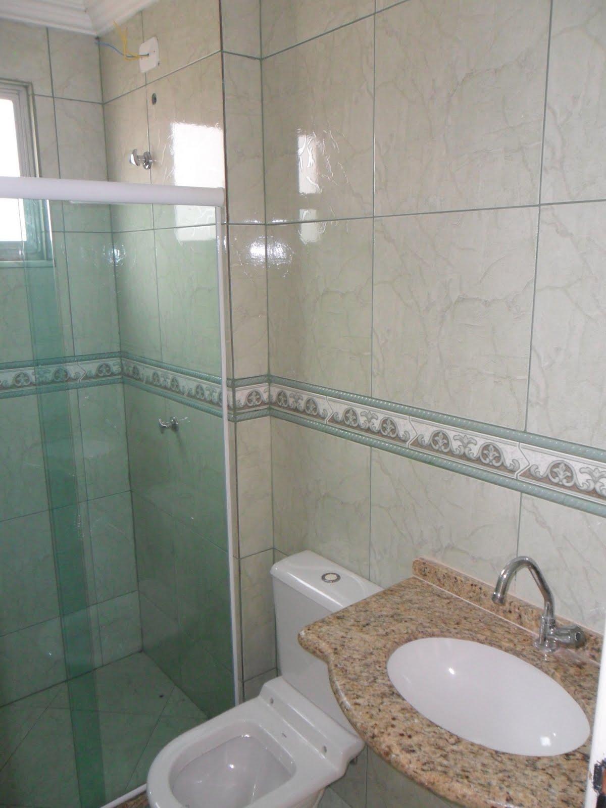 sala ampla com rebaixamento em gesso banheiro com box BLINDEX  #665E50 1200 1600
