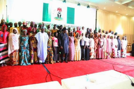 [PHOTOS] President Jonathan Meets Chibok Parents And Girls