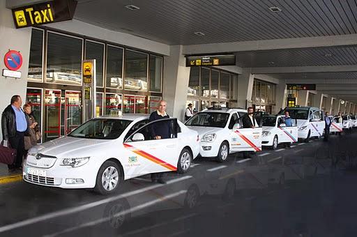 Taxi steht am Flughafen von Gran Canaria