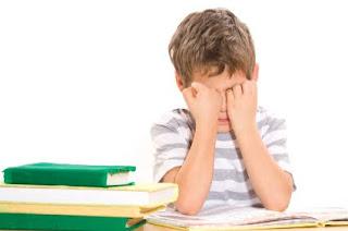 طفل يبكي لا يستطيع القراءة