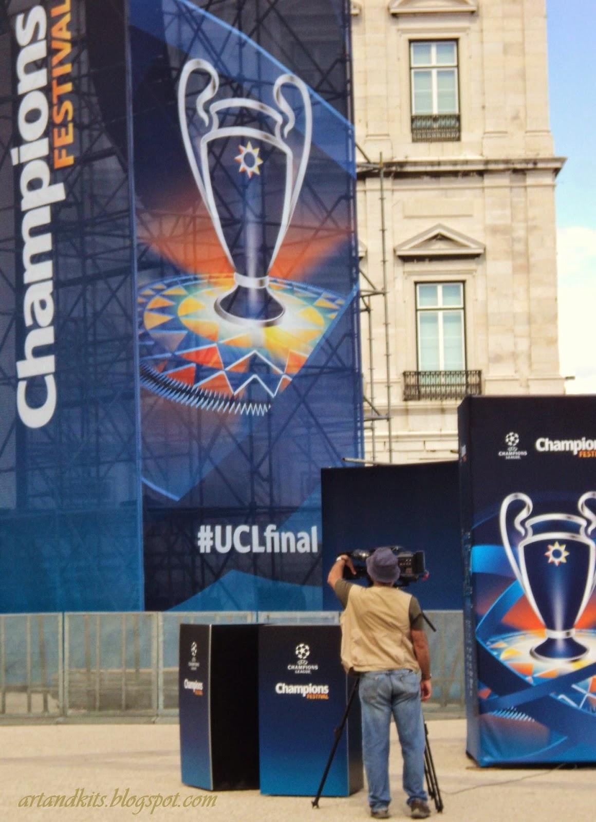 Imagens de ontem, no Terreiro do Paço... para acontecimentos de amanhã, no Estádio da Luz. / Yesterday's images, at the Commerce Square... for tomorrow's events, at the Stadium of the Light.
