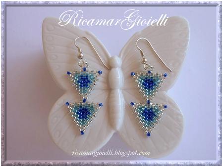 orecchini realizzati con triangoli in peyote