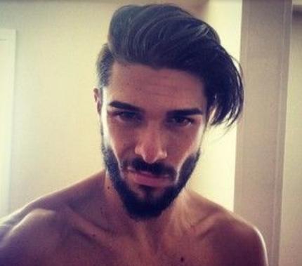 Model rambut undercut pria yang atasnya panjang
