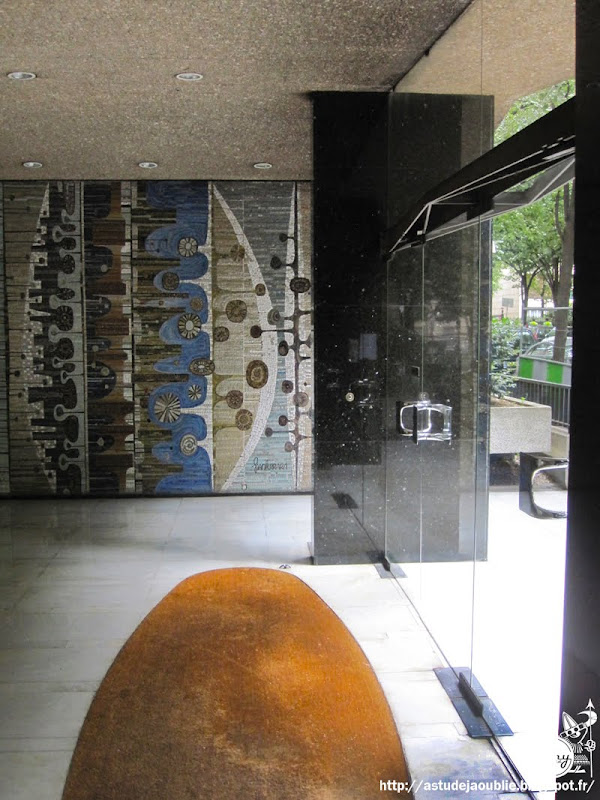 astudejaoublie - Paris 16ème - Hall d'immeuble et mosaïques  Architectes: Fromanger, Pinseau et Siegrist  Intégration: L'Oeuf Centre d'Etudes  Mosaïques: Charles Gianferrari (L'Oeuf Centre d'Etudes)  Création: 1963