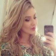 Irmã de Luan Santana posta foto com modelito justo e ganha elogios