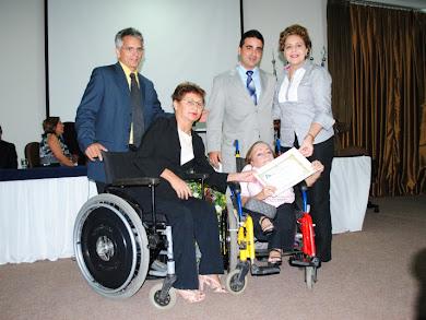Entrega de diploma por serviços prestados a comunidade pelo Fórum de Mulheres com Deficiência
