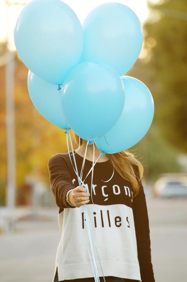 Gender-reveal announcement ideas: take photos with blue or pink balloons