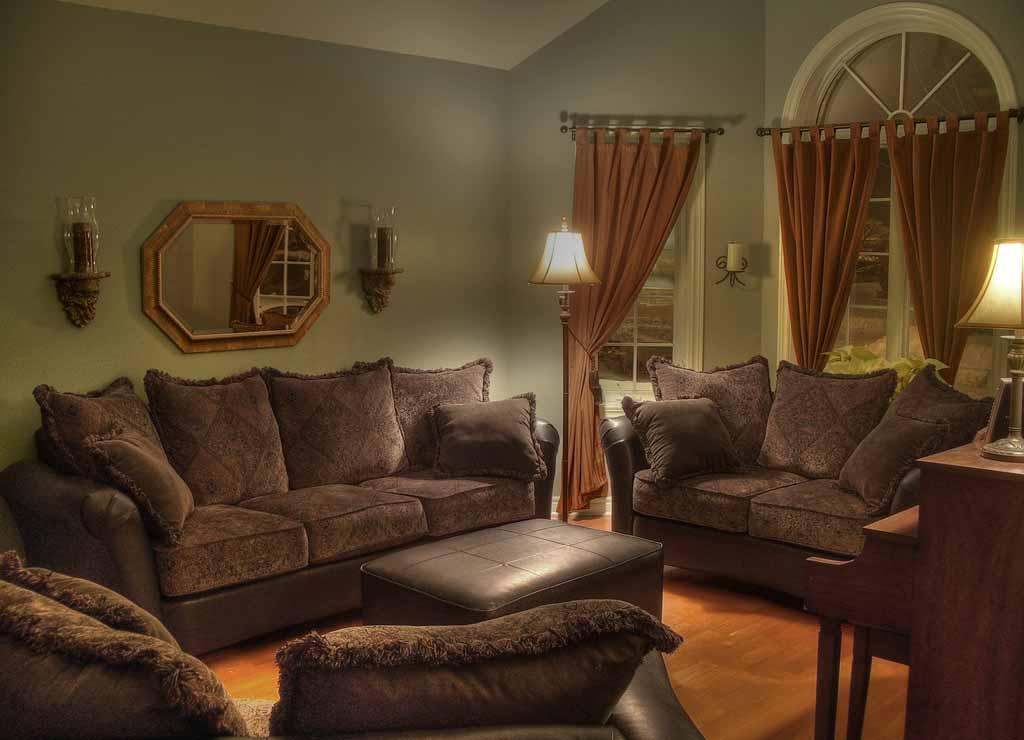 dekorasi interior ruang tamu berwarna coklat minimalist