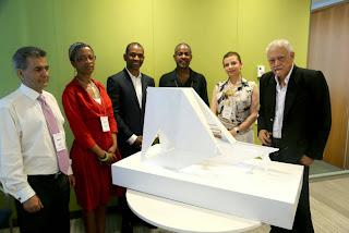 Le jury, Rodney Leon et le projet retenu pour le Mémorial permanent en l'honneur des victimes de l'esclavage et de la traite transatlantique, « L'arche du retour ». Photo: ONU