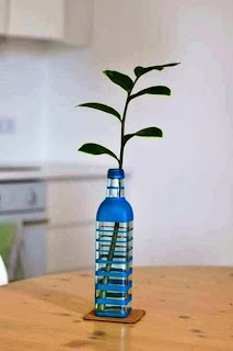 ... Kerajinan Tangan Sederhana, Mewarnai Vas Bunga Dari Botol Bekas