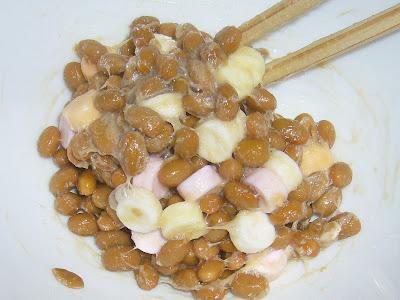 納豆にラムネ菓子(クッピーラムネ)
