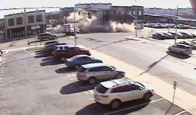 Mulher falando ao celular bate o carro e derruba prédio