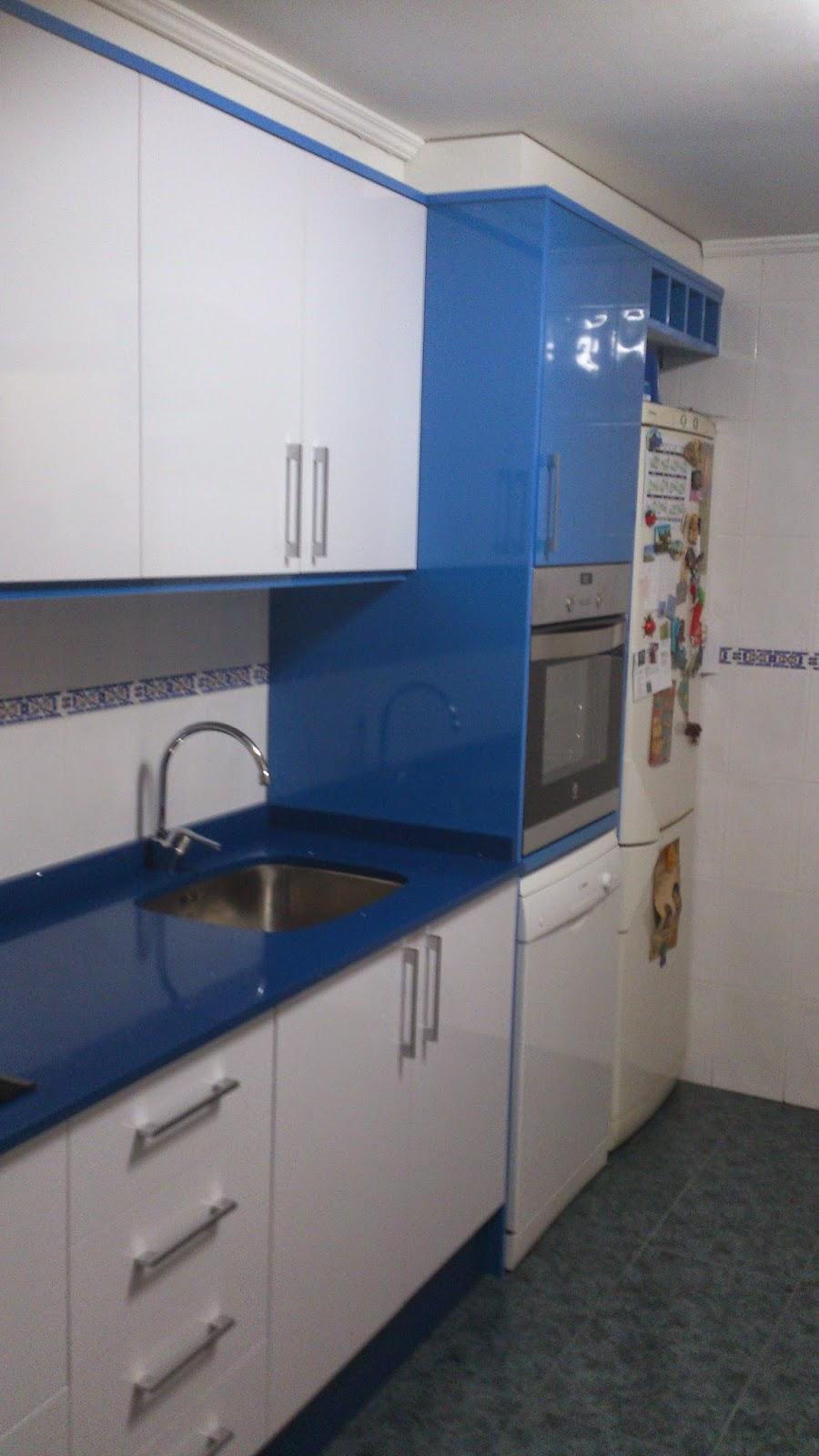 Cocinas daniel orts cocina combinada blanco y azul brillo for Deco de cocina azul blanco