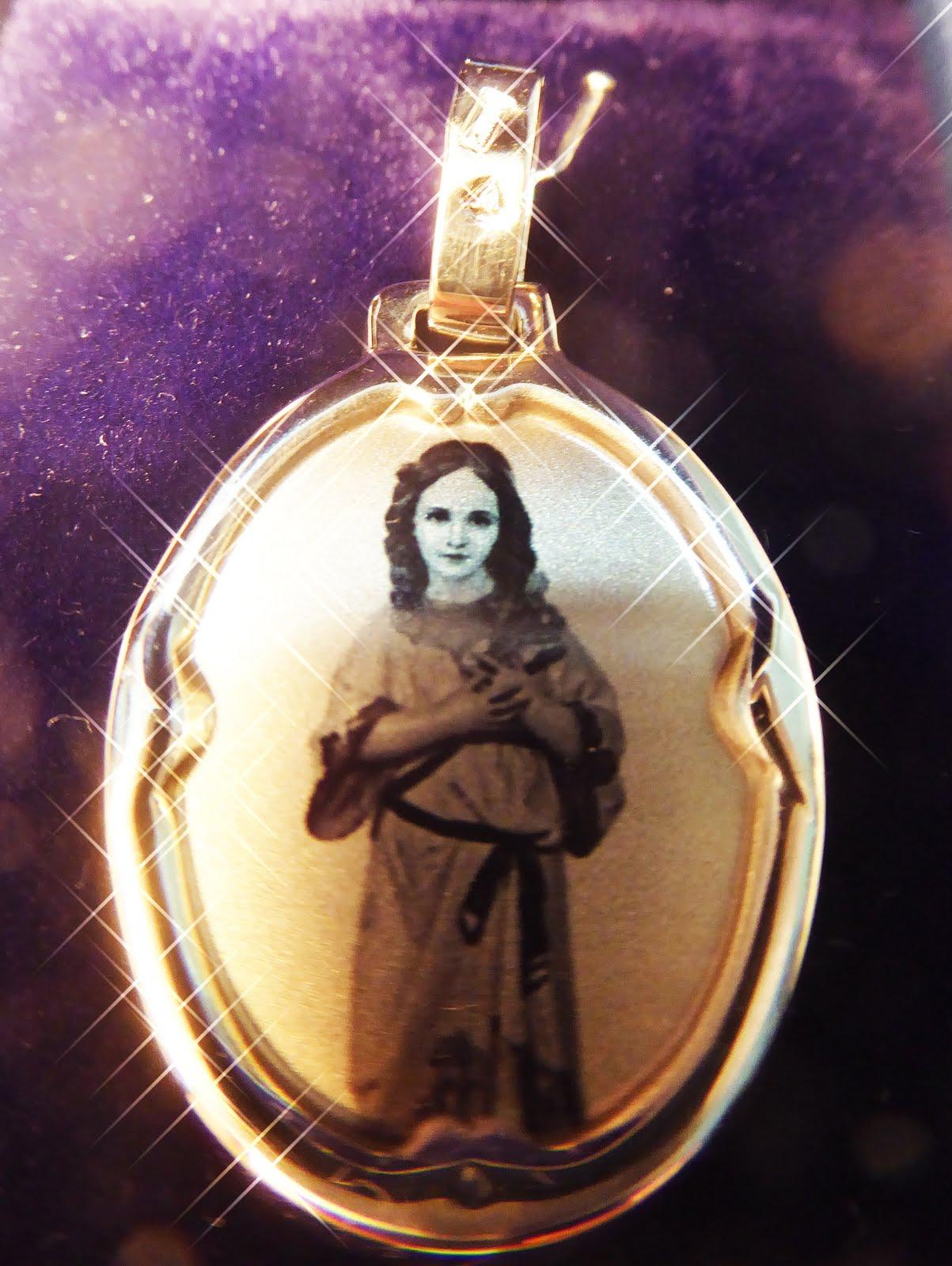 Chapa de plata con la Virgen Niña