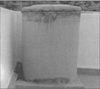 Depósito afectado por la presión del agua y aparición de microfisuras.
