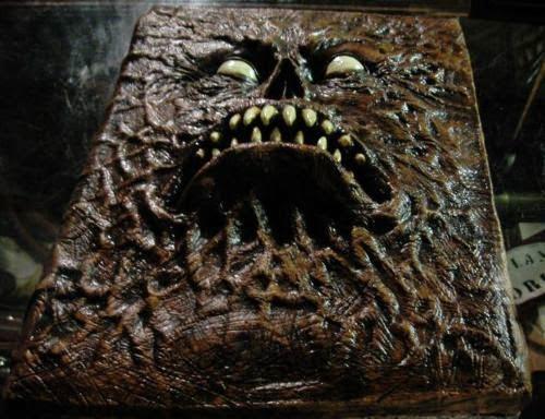 El libro de los muertos, el Necronomicón Ex Mortis, encuadernado en piel humana y escrito con sangre