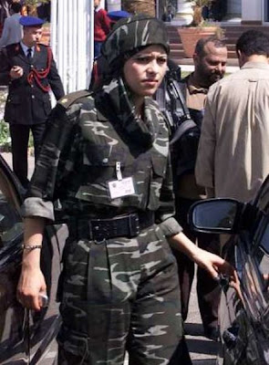 [Image: muammar_algaddafi_female_bodyguards_17.jpg]