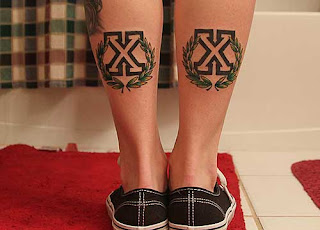 девчачьи straight edge тату — кресты на задней части голени