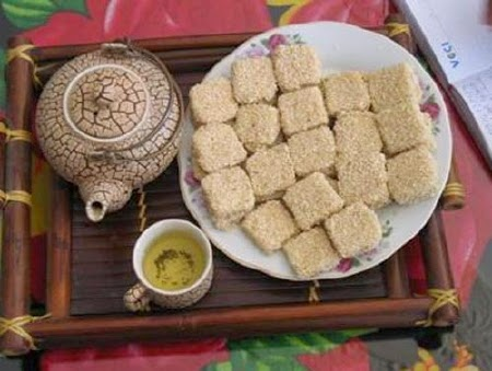 "Cam Le sesame cake – Kho me: There are many ingredients to make the ""Kho me"" such as glutinous rice flour, rice flour, granulated sugar, ginger, and sesame."
