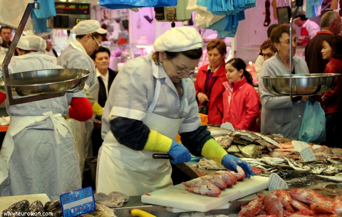 Pescantina cortando pescado en el mercado del Calvario