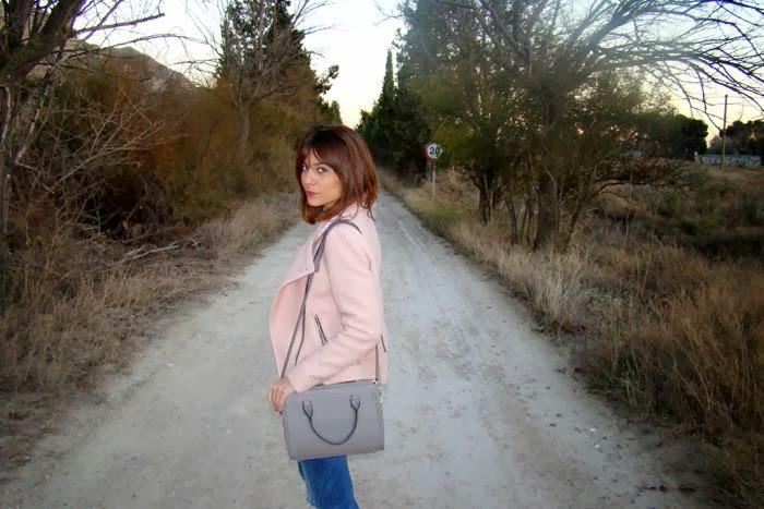 cazadora rosa, vaquero, bolso