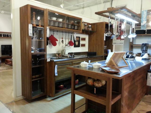 Cozinha rústica em madeira com detalhes de Inox