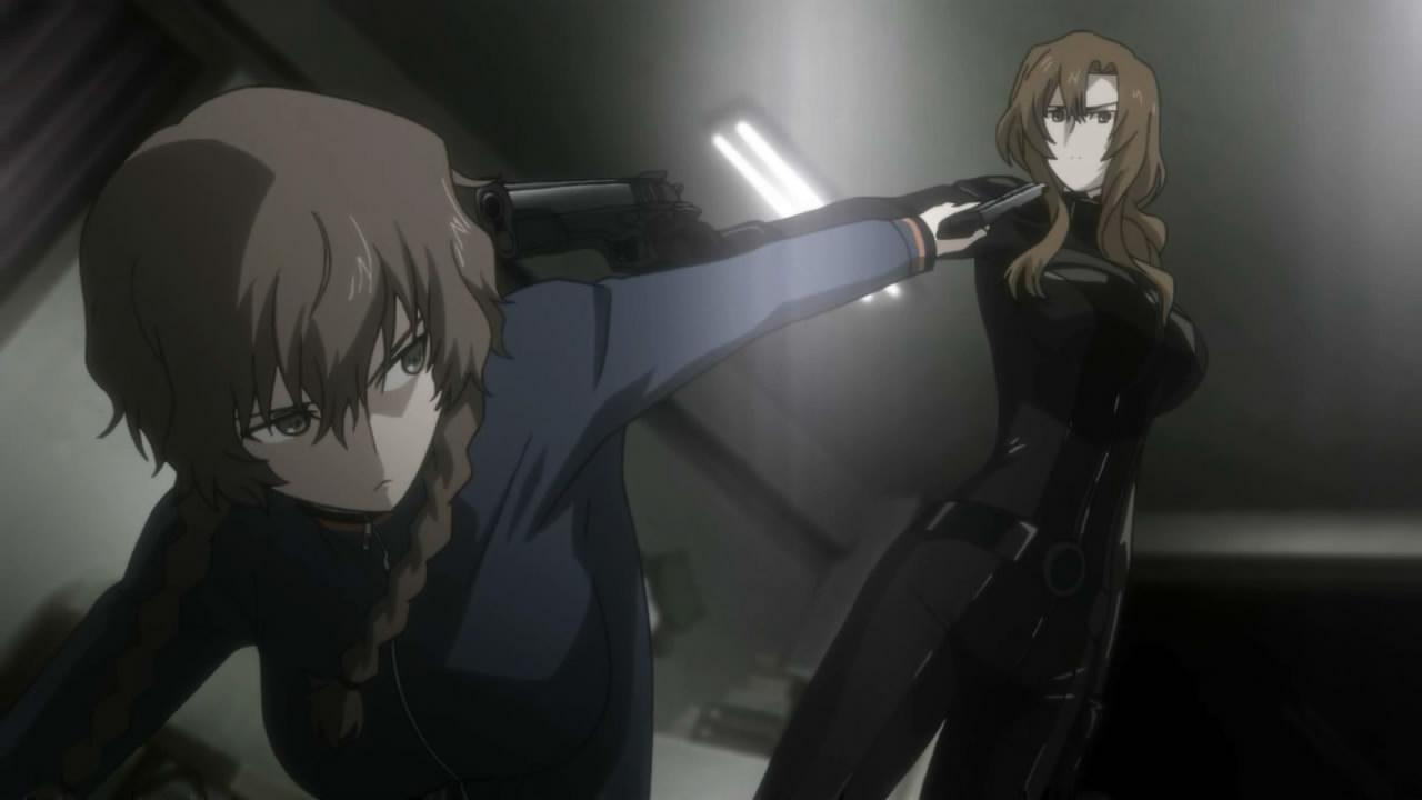 Suzuha e Moeka si puntano la pistola contro a vicenda, in una delle scene più tese della serie.