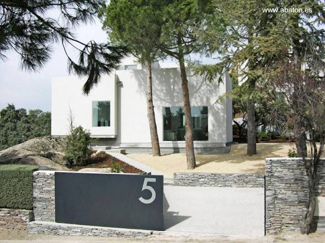 Casa moderna residencial de formas cúbicas en España