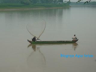 Mencari ikan di sungai bengawan solo