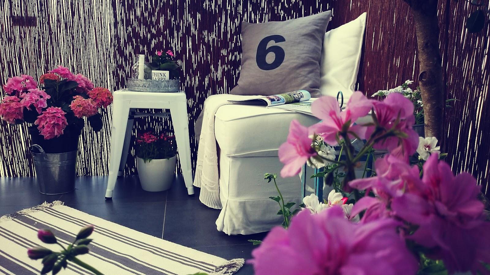 Metalowe dodatki na balkon, biały metalowy taboret, różowe hortensje na balkonie, kwiaty na balkon, aranżacja balkonu