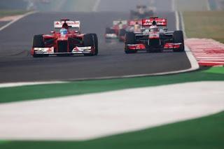 Fernado Alonso junto a Hamilton