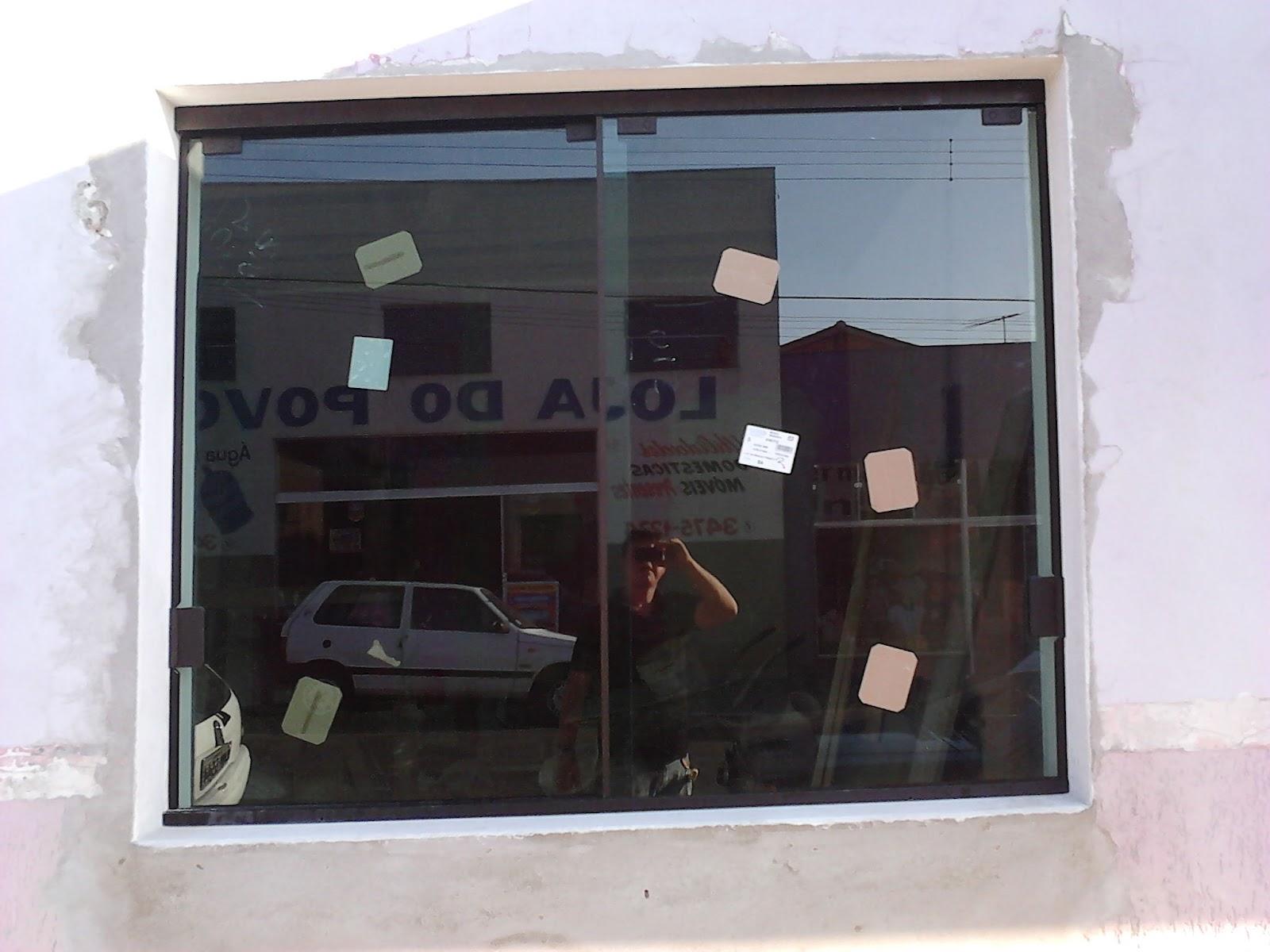 #795D52 No detalhe as janelas no Sistema Stanley com Vidro Verde 08mm 1696 Janela De Aluminio Na Cor Bronze